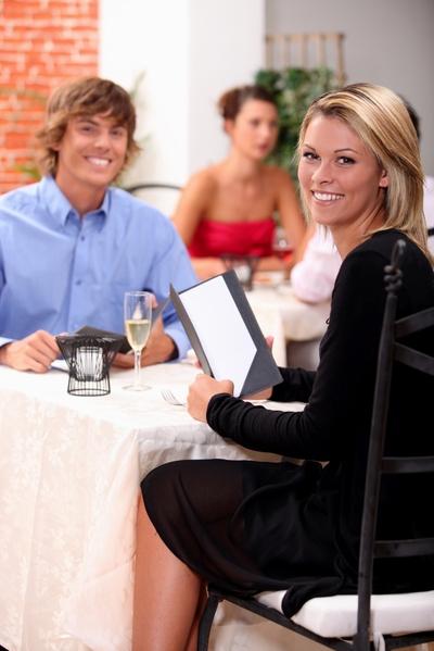 紐約市皇后區義大利餐廳餐廳老闆馬里奧•吉利奧蒂認為,放下手機,保持面對面的交流,是維持餐廳社交氛圍的重要一步。圖為示意圖。(Fotolia)