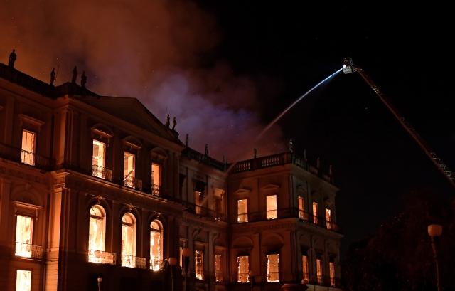 擁有200年歷史的巴西國家博物館驚傳大火,館內2千萬件文物付之一炬。(Carl DE SOUZA / AFP)