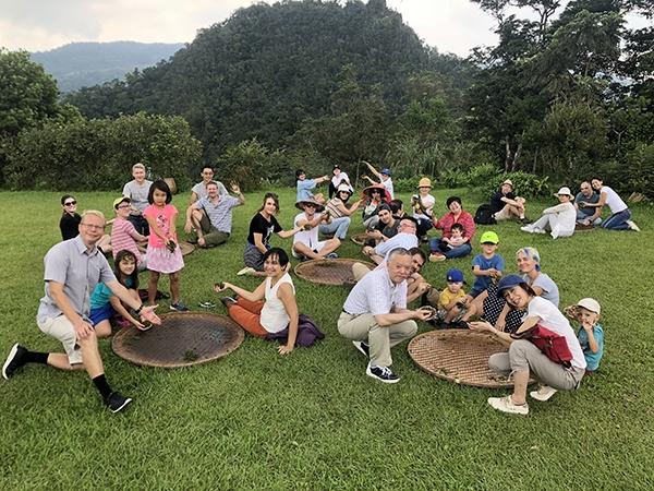 駐臺外交參訪團 展示揉茶成果(新北市政府秘書處提供)