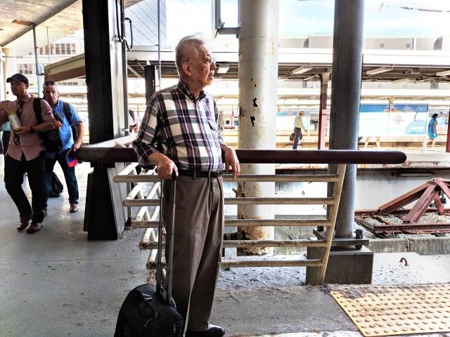 從波士頓羅根機場講完真相,吳昌寧站在南站月台等待回家的火車。(記者劉景燁/攝影)