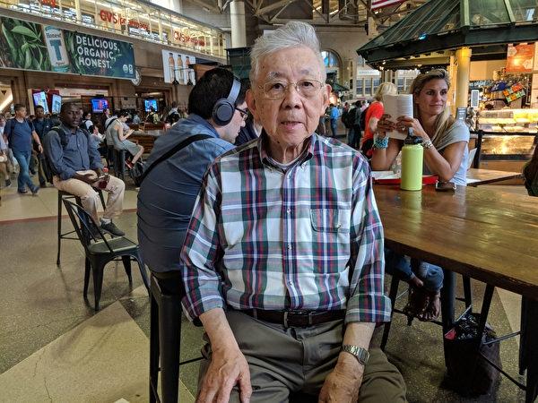 吳昌寧教授每週二、四、六堅持經南站轉車到機場。(記者劉景燁/攝影)