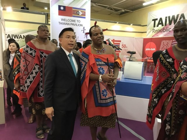 史瓦帝尼商展9月1日揭幕,我國駐史國大使梁洪昇(左)與史王恩史瓦帝三世(右)共同為台灣館揭牌。(外交部提供)