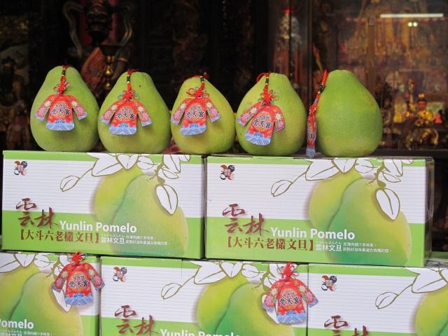 民眾只要認購一箱「平安柚」即送媽祖加持過的小神衣平安符一份。