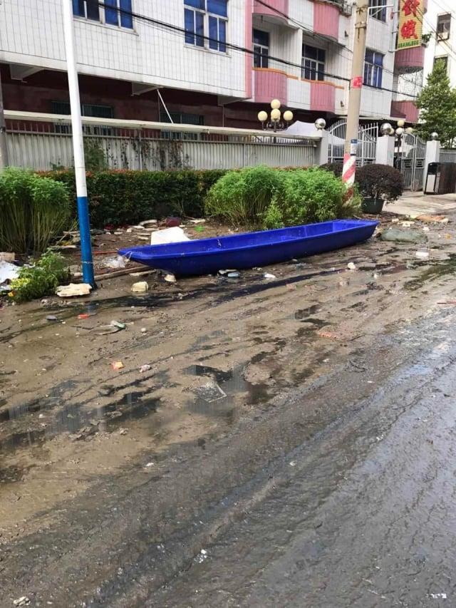 廣東汕頭洪災已經過一週,大水仍未完全退去,目前災區垃圾遍地,惡臭無比。(受訪者提供)