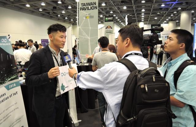 TOPOLOGY在新創展開展,接受新唐人電視台訪問。(桃園青年局提供)