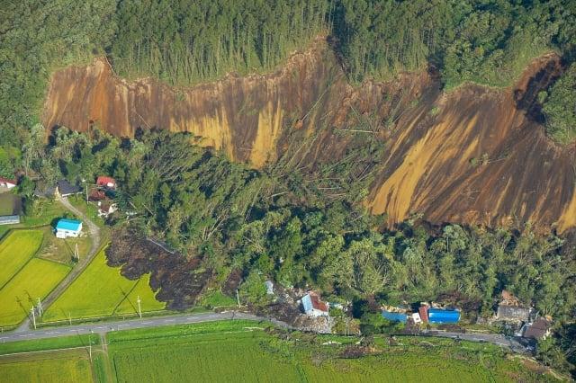 日本北部9月6日凌晨遭遇規模6.7強震,北海道多處出現吞沒房舍的土石流。(JIJI PRESS/AFP/Getty Images)