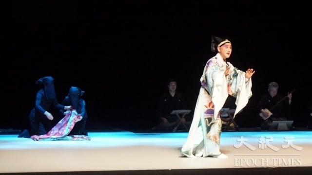 《繡襦夢》的第三部為新編崑曲,崑曲演員腳上穿的是足袋,而非傳統彩鞋。