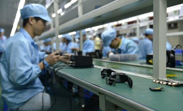 川普上週六發推表示,在美國建廠,可以幫助蘋果避免產品價格上漲。圖為蘋果深圳代工廠。(Getty Images)