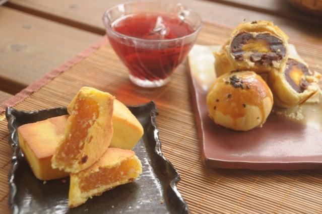 洛神酸甜涮嘴會回甘,搭配鳳梨酥與蛋黃酥很對味。(記者詹亦菱/攝影)