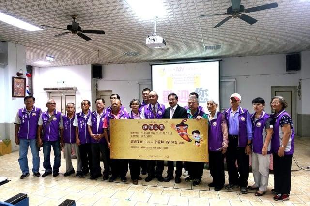 市長涂醒哲接受嘉邑行善團捐支票購買《悠遊字在》與《小乾坤》各500套。
