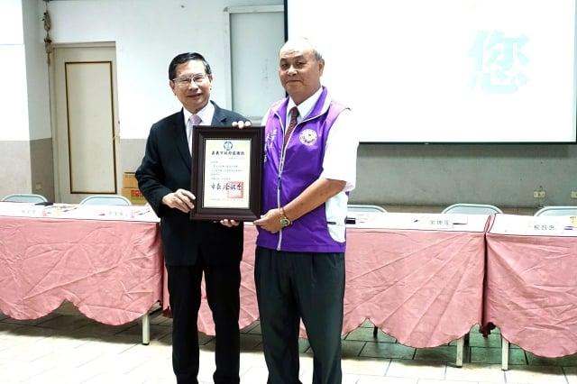 市長涂醒哲頒感謝狀予嘉邑行善團,由理事長蔡萬華(右)代表接受。