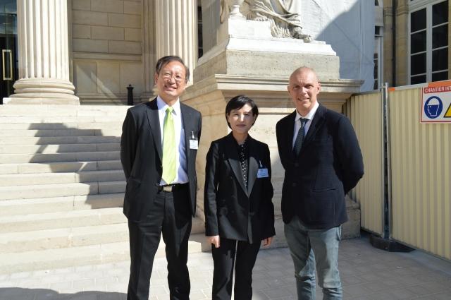 文化部長鄭麗君(中)參訪法國國民議會,希望透過國會議員支持,強化台法文化交流。左為駐法大使吳志中、右為法國國民議會友台小組主席賽沙里尼。