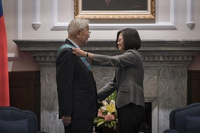總統蔡英文頒授「一等卿雲勳章」給台積電創辦人張忠謀,表彰他對國家及台灣高科技產業的貢獻。(總統府提供)