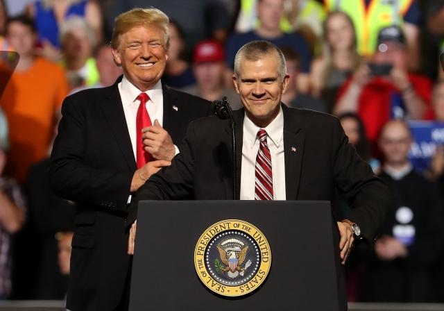 美國總統川普(左)7月5日在蒙大拿州大瀑布城,為共和黨參議員候選人羅森戴爾(右)的站台。(Getty Images)
