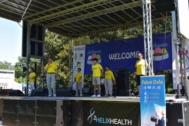 湯姆(前排右二)在亞特蘭大參加洪法活動,想讓更多人知道法輪大法。(湯姆提供)