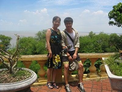 琉香與湯姆在越南的北部景點涂山(Đồ Sơn)合影留念。(湯姆提供)