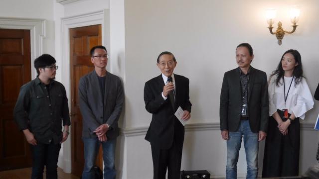 在台灣館開幕式上,駐英國台北代表處代表林永樂(中)致辭。藝術家許哲瑜(左一) 和吳政璋(左二)。(記者鮑天雨/攝影)