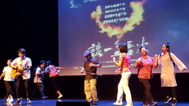 客家演歌舞劇--「該一盆香火」,跨及老中青三代演員、融合客家5腔,感受到客家母語復興的重要和急迫。(記者耿豫仙/攝影)