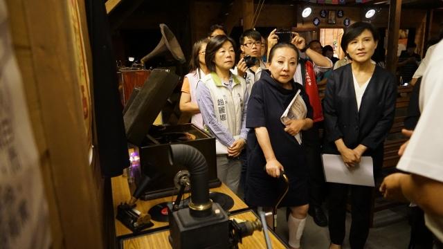 文化部長鄭麗君(右1)在嘉義縣長張花冠(右2)陪同下,訪視嘉義大林的文化客廳——萬國戲院。(文化部提供)