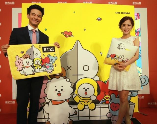女星楊千霈(右)為寶寶添購空氣清靜機。(新光三越提供)