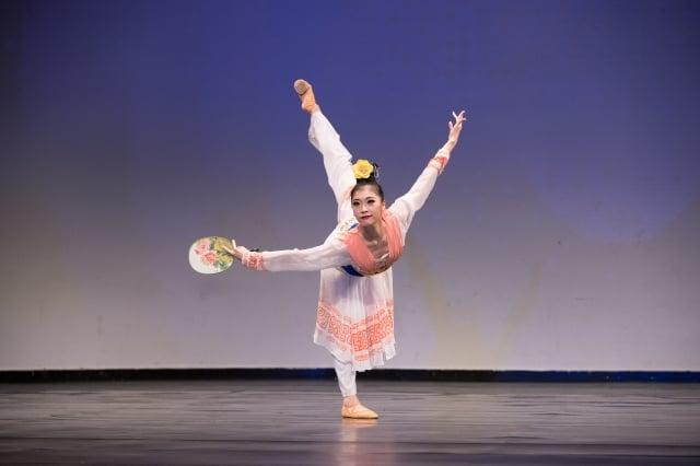 青年女子組金獎選手陳竺君表演舞蹈劇目《芳草江南岸》。(記者愛德華/攝影)