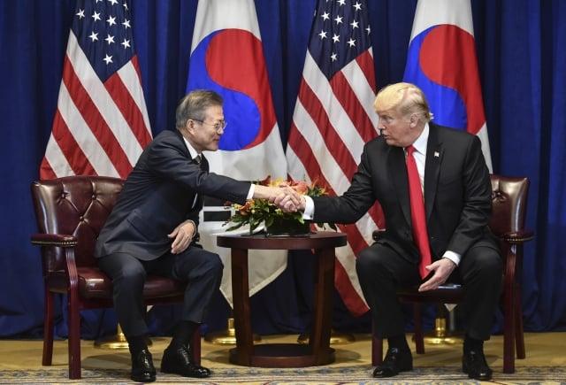 美國總統川普(右)和韓國總統文在寅於9月24日在紐約聯合國大會期間簽署修訂後的《美韓自由貿易協定》。(Nicholas Kamm / AFP)