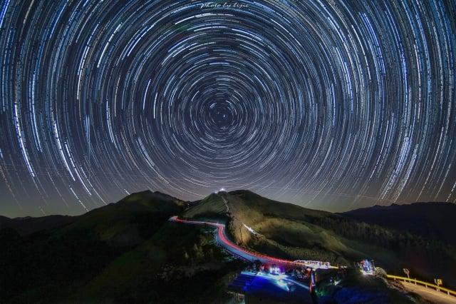 合歡山上的夜空很美,常常可以看到銀河,透過150張銀河照片後置的星軌圖,有著神氣的美麗氣息。(攝影/陳立杰)