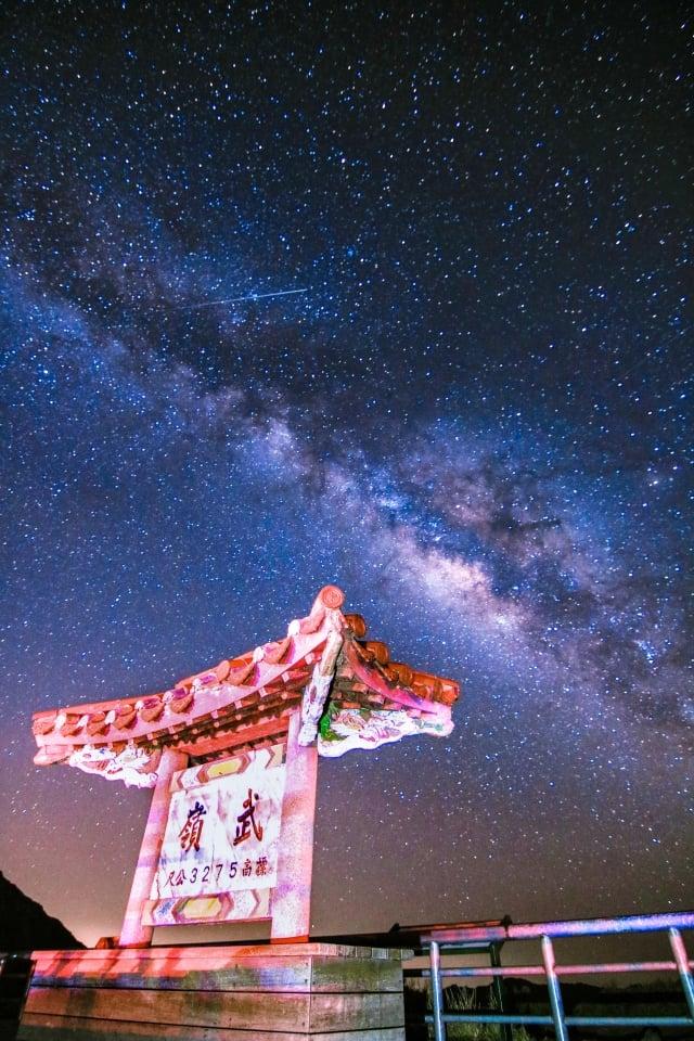 在合歡山拍攝銀河景觀時,可以看到很多的星星聚集成一道白亮的銀腰帶,在夜晚的星空中閃閃爍爍。(攝影/陳立杰)