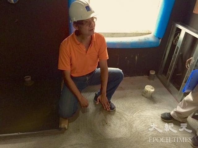 惠宇總經理顏定滄解釋,浴室的淋浴間(照片左側)比外面地板積水機率更多,因此需要二次試水,以保安全。