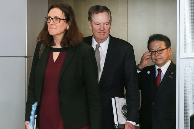 美國貿易代表署(USTR)代表萊特海澤(中)、日本的經濟產業相世耕弘成(右),以及歐盟(EU)貿易委員馬姆斯壯(左)在紐約召開會議。(Getty Images)