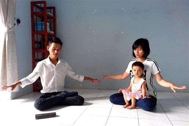 潘清海和妻子在煉法輪功第五套功法。(DKN.tv)