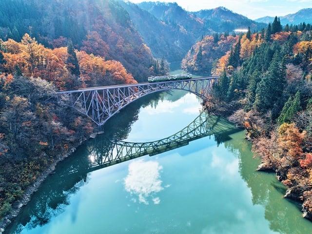 「只見線列車」是日本東北著名的賞楓鐵道。(易遊網提供)