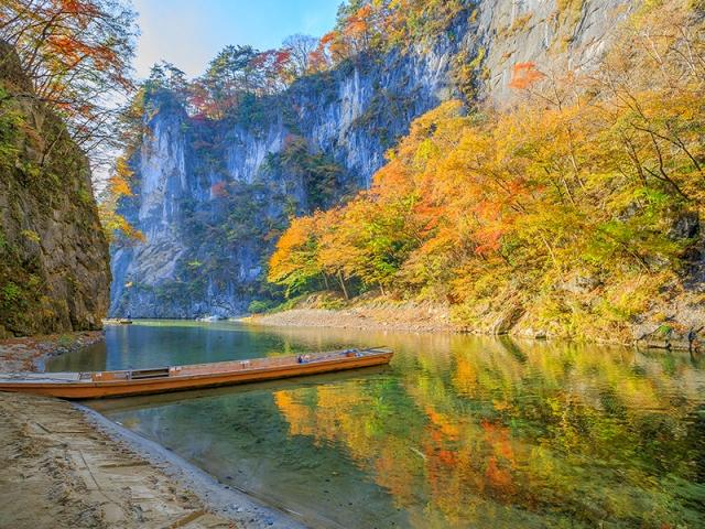 乘坐輕舟欣賞山壁紅葉,是「猊鼻溪」的賞楓特色。(易遊網提供)