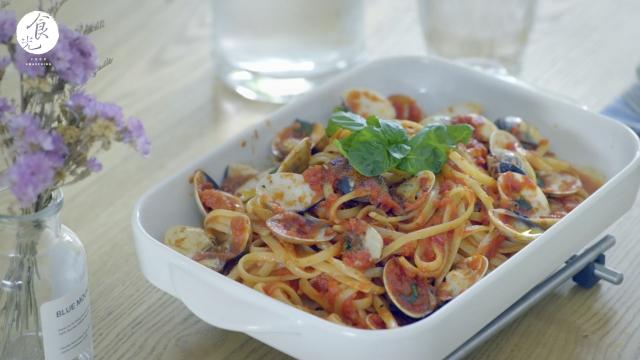 【輕烤蛤蜊小寬麵】進烤箱稍為輕烤的料理方法,在義大利料理中常用於海鮮麵上是為讓風味更為濃縮。(C2食光提供)
