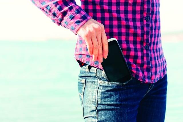 手機放置衣褲口袋時,選擇讓充電口「向上」或「向下」,這一簡單舉動造成的後果卻有很大差別喔!(123RF)
