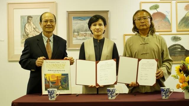 在順天美術館長陳飛龍(右1)見證下,文化部長鄭麗君與順天美術館董事長許照信(左1)簽署捐贈意向書。(文化部提供)