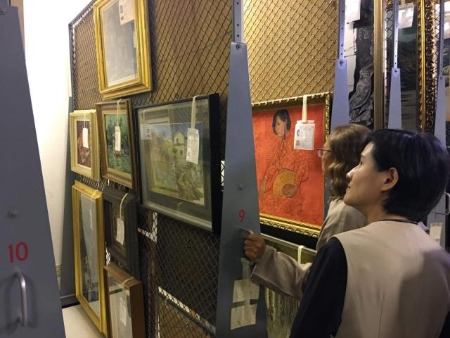 順天美術館長陳飛龍向文化部長鄭麗君介紹館藏庫房。