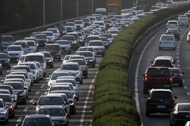 10月1日,大批車輛緩慢行駛在南京繞城高速公路上,開啟擁堵模式。(大紀元資料室)