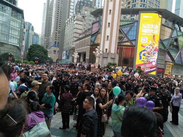 10月1日,大陸十七城市P2P難友同步上街維權,各地警方如驚弓之鳥。圖為重慶現場。(受訪者提供)