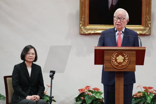 2018亞太經合會(APEC)經濟領袖會議將在11月12日到18日於巴布亞紐幾內亞登場,總統蔡英文(左)3日在總統府召開記者會宣布,由台積電創辦人張忠謀(右)擔任今年的APEC領袖代表。(中央社)