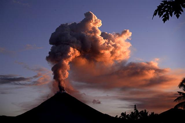 週三(10月3日),印度尼西亞中部蘇拉威西島上的索普坦山(Mount Soputan)火山噴發,噴出熔岩流和灰雲。圖為索普坦山資料圖。(Adi DWI SATRYA / AFP PHOTO / ADI DWI SATRYA)