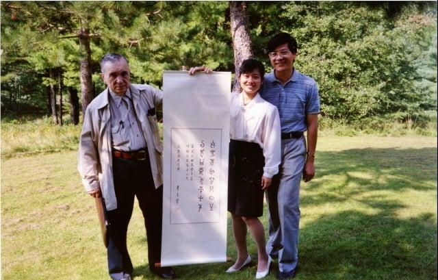 克萊恩醫師畢生奉獻清創酵素研究〈左〉。(嘉年生化提供)