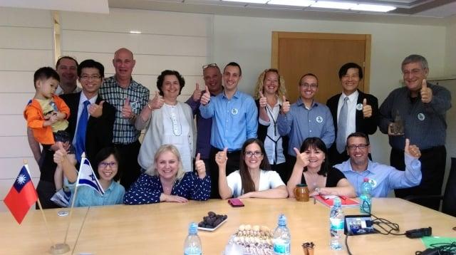 林景寬董事長拜訪以色列合作藥廠(後排右)。(嘉年生化提供)