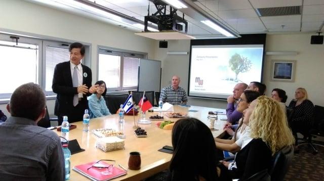 林景寬董事長與以色列合作藥廠人員交流(嘉年生化提供)