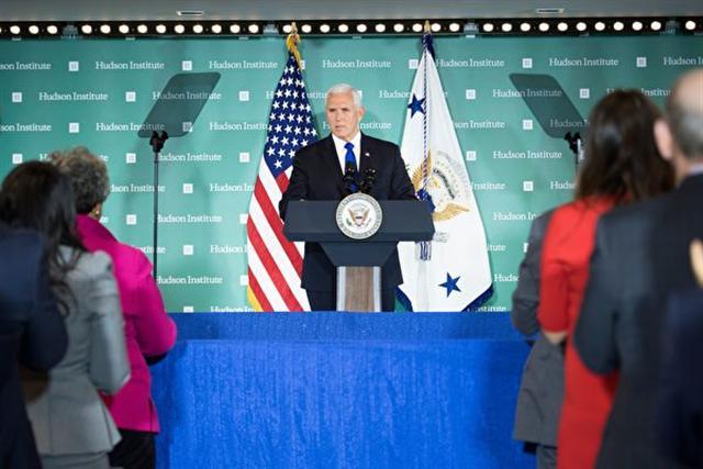 10月4日,美國副總統彭斯在美國智庫「哈德遜研究所」發表重要講話,抨擊中共的國內國外政策及對美國政治的惡意影響活動。(JIM WATSON/AFP/Getty Images)