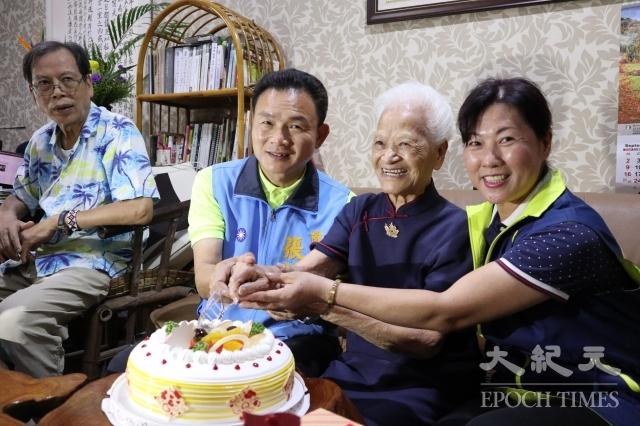 員林市長張錦昆(左2)訪視人瑞(右2)黃蔡寬女士,親自致贈金戒指及賀禮。(記者謝五男/攝影)