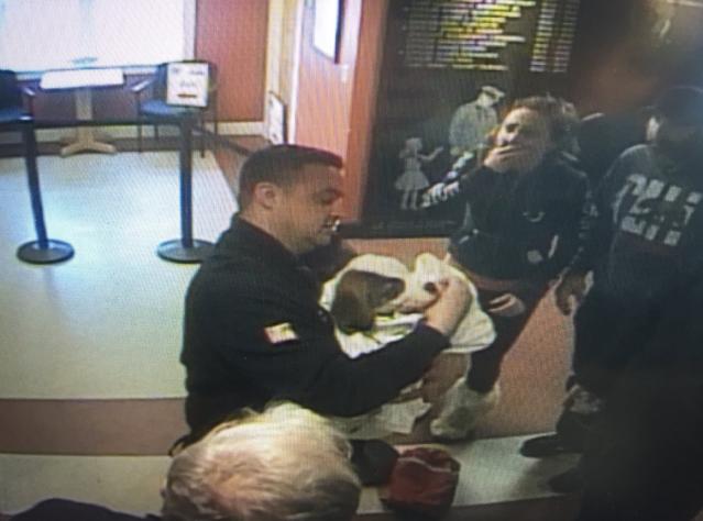 飼主(右二)將窒息的小狗尋求警察協助,施救後小狗恢復呼吸。(擷自推特Christine McCarthy)