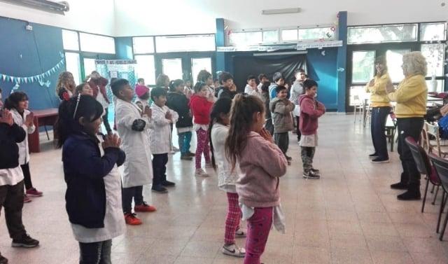 8月31日,布宜諾斯艾利斯法輪功學員在索拉諾鎮的一所學校教授孩子們法輪功功法。(明慧網)