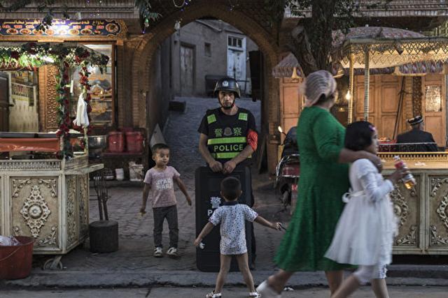 中共發動鎮壓運動,剷除維吾爾文化,強迫維吾爾兒童學習中文,強迫維吾爾司機安裝被政府監視的GPS系統,將1百萬到2百萬維吾爾人關押在集中營。 (Photo by Kevin Frayer/Getty Images)