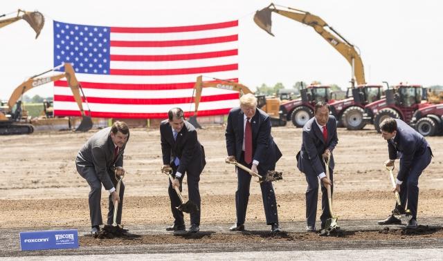 2017年7月,鴻海總裁郭台銘宣布將在美國投資100億美元,第一步選擇在威斯康星州設立液晶顯示(LCD)面板廠,為跨國企業大舉撤離中國開下第一槍。(Andy Manis/Getty Images)